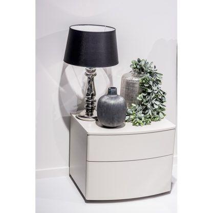 lampa stołowa na komodzie aranżacja