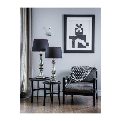 srebrna lampa stołowa z czarnym abażurem salon