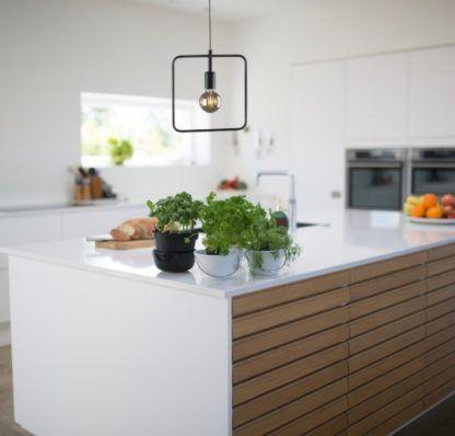wisząca lampa kwadratowa nad blat w kuchni