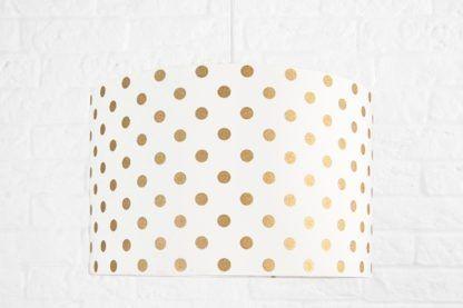 biała lampa wisząca w złote grochy