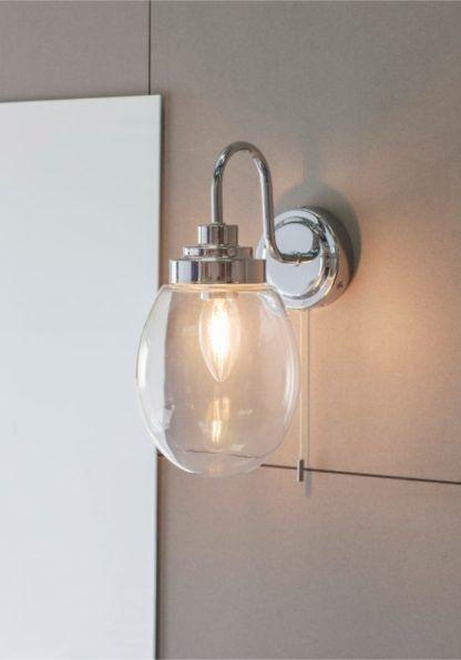 szklany kinkiet do łazienki srebrny