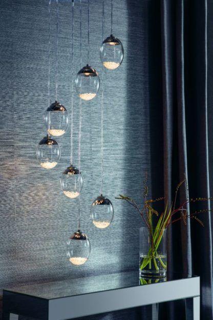 szklana lampa wisząca szara ściana