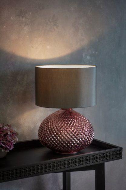 miedziana lampa stołowa z abażurem