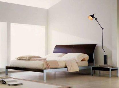 czarny kinkiet metalowy na wysięgniku aranżacja sypialnia