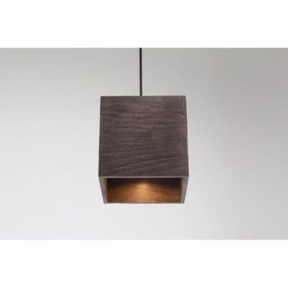 nieduża lampa wisząca z drewna