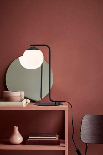 czarna lampa stołowa ze szklanym kloszem