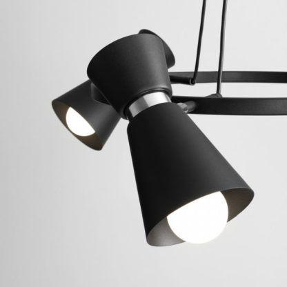 czarna lampa wisząca z regulowanymi reflektorami