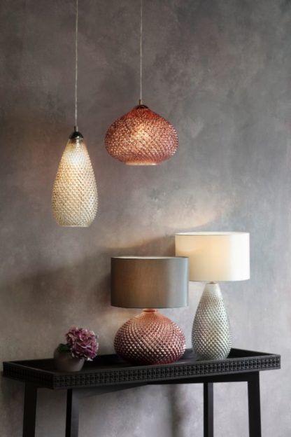 lampy z metalicznego szkła na szarej ścianie