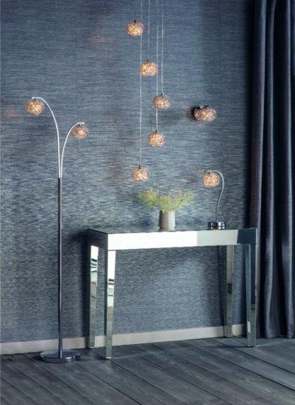 lampy z kryształowymi kloszami szara ściana