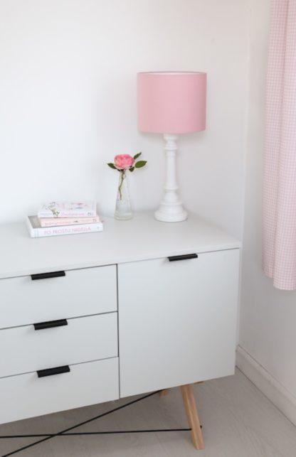lampka nocna z różowym abażurem