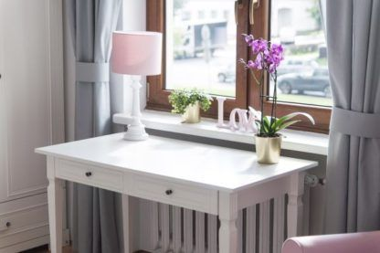 różowa lampa stołowa