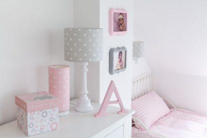 oświetlenie pokoju dziecka szarość i róż