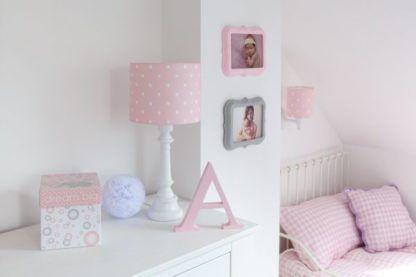 różowe lampki w białe kropki