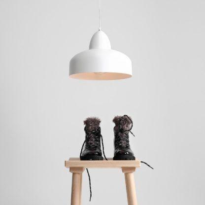 biała metalowa lampa wisząca