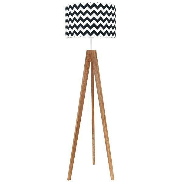 drewniany trójnóg z biało-czarnym abażurem