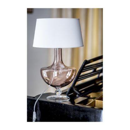 szklana lampa stołowa do apartamentu