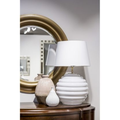 biała lampa w stylu hamptons