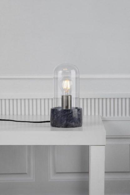 marmurowa lampa stołowa ze szklanym kloszem