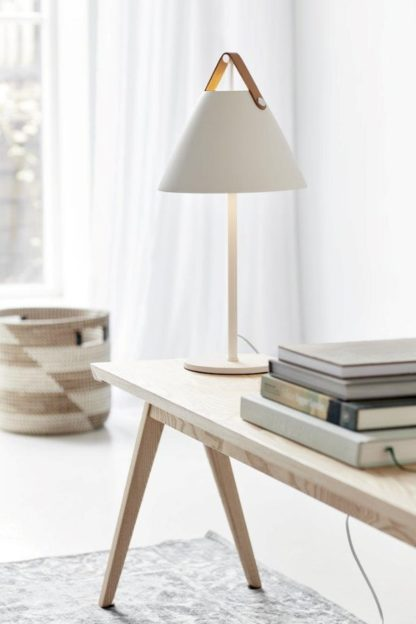 nowoczesna lampa stołowa biała aranżacja