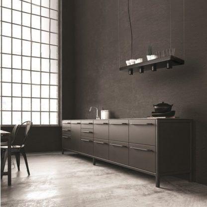 czarna lampa wisząca z półką