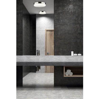 okrągły plafon z białego szkła aranżacja łazienka