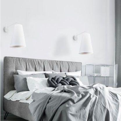 biały kinkiet do sypialni aranżacja skandynawska