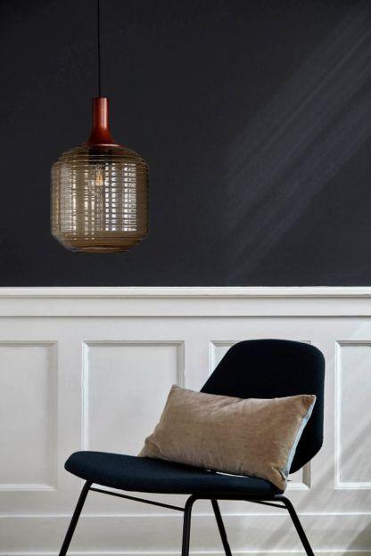 lampa wisząca z beżowego szkła aranżacja