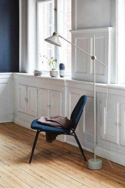 biała lampa podłogowa - aranżacja