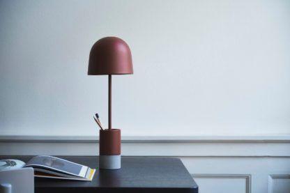 czerwona lampa biurkowa nowoczesna