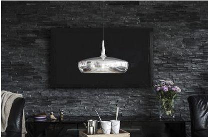 ciemna ściana z kamienia i lampa w salonie