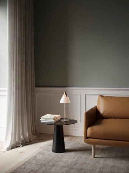 biała lampa stołowa z miodową kanapą