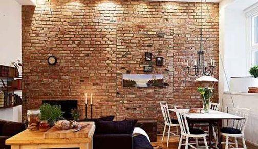 elegancko zdobiona ściana z kamienia i oświetlenie