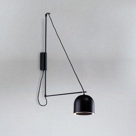 czarny nowoczesny kinkiet na trójkątnym wysięgniku