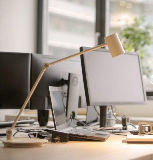 lampa do oświetlenia biurka i komputera
