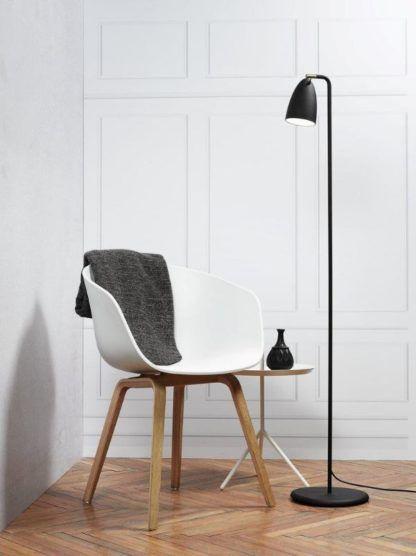czarna lampa podłogowa do salonu aranżacja