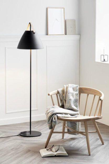 czarna lampa podłogowa z metalowym kloszem