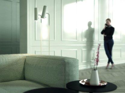biała lampa podłogowa salon aranżacja