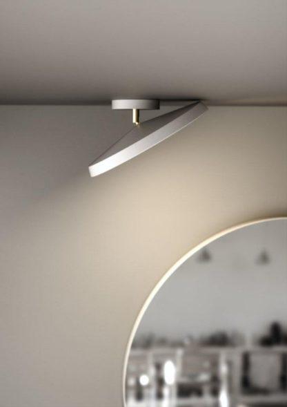 duża lampa sufitowa z mobilnym kloszem