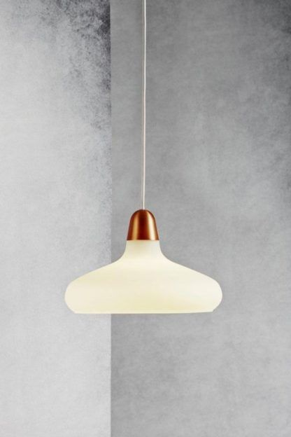 szklana lampa wisząca na szarej ścianie