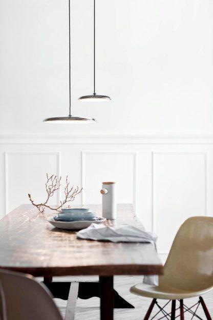 srebrna lampa wisząca płaski klosz nad stół