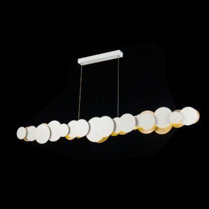 biało-złota lampa wisząca nad stół do jadalni
