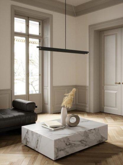 ledowa lampa wisząca nad marmurowym stolikiem