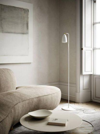 biała lampa podłogowa beżowy salon aranżacja