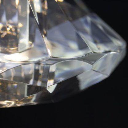 fasetowany diament w lampie