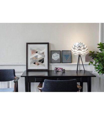 lampa stołowa tripod szyszka aranżacja salon