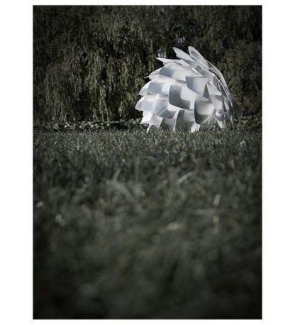 srebrna lampa wisząca w kształcie szyszki