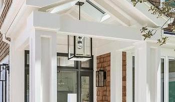 lampa wisząca na ganku domu i schodach
