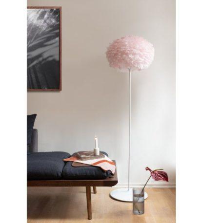 jasnoróżowa lampa podłogowa z piór