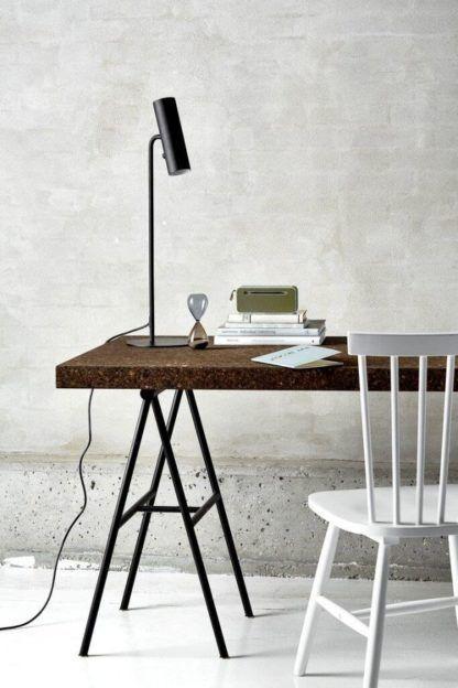 czarna lamap stołowa na biurko
