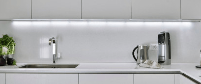 oświetlenie kuchni taśmą led pod szafkami